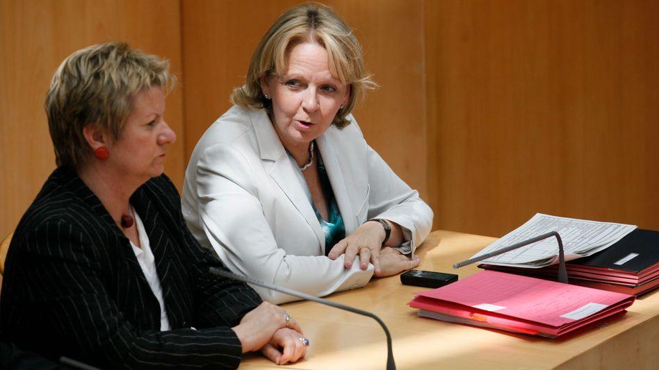 Hannelore Kraft (re.) und Sylvia Löhrmann: Die Abstimmung über die Abschaffung der Studiengebühren ist verschoben