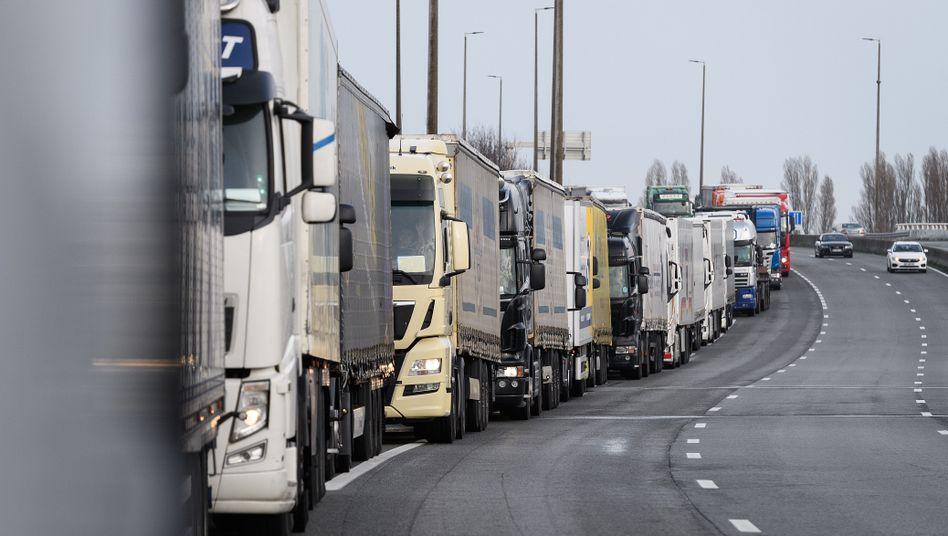 Lkw vor dem Hafen von Calais