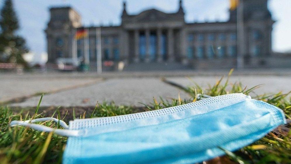 Mund-Nasen-Schutz vor dem Reichstag in Berlin