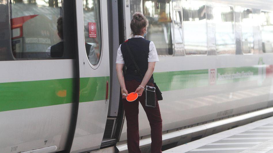 Bahn-Mitarbeiterin
