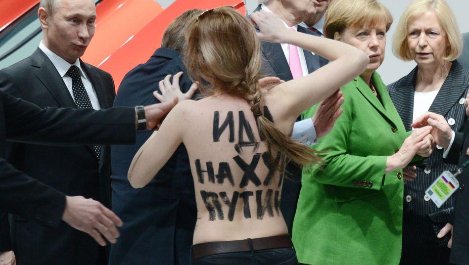 Putin, Femen-Aktivistin, Merkel (v.l.n.r.)