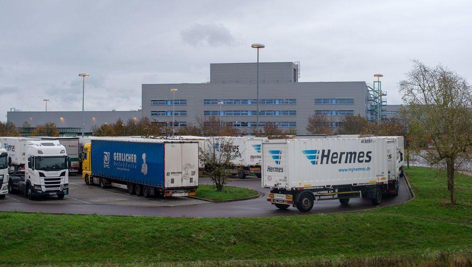 Haldensleben: Lastwagen stehen am Mittwoch auf dem Lkw-Parkplatz vor dem Tor des Versandzentrums des Paketdienstleisters