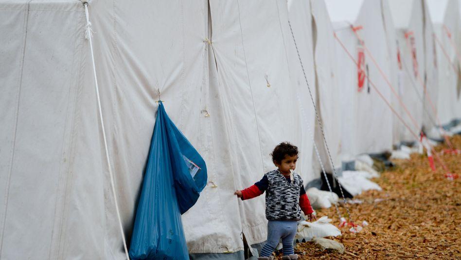 """Eine Kind im Flüchtlingscamp Scheuen bei Celle: """"Lebensbedingungen verbessern"""""""