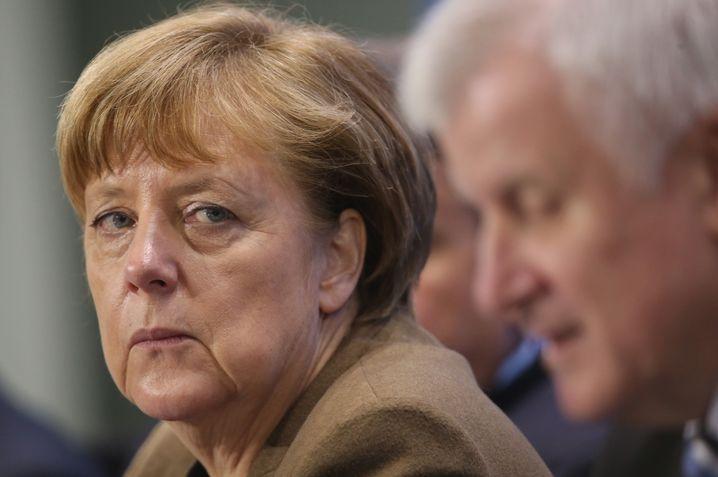 Koalitionäre Merkel, Seehofer Den Kniefall vermeiden