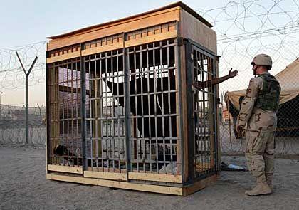 Isolationshaft im berüchtigten US-Gefängnis Abu Ghureib im Irak (Juni 2004): Seelische Gewalt hat ähnliche Folgen wie körperliche Folter