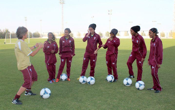 """Monika Staab (links) mit Spielerinnen der katarischen Nationalelf: """"Ein Anhängsel der WM."""""""