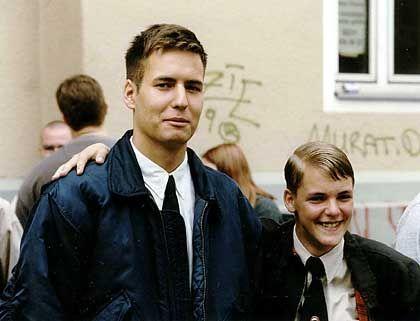 """Demo der """"Deutschen Liga für Volk und Heimat""""in Köln-Kalk (4. September 1999): Thomas Hartenfels (links) Arm in Arm mit Axel Reitz"""