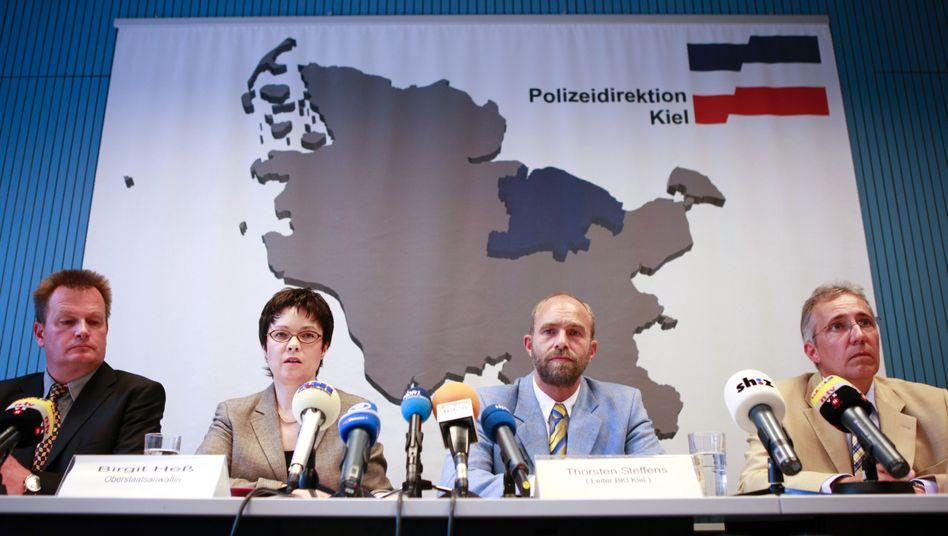 Ermittler und Staatsanwälte bei der PK am Freitag: Wie viele Menschen hat S. getötet?