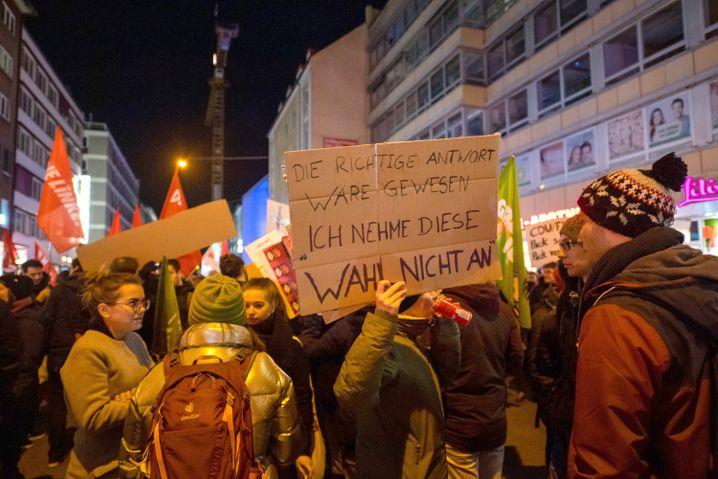 """Demonstranten vor der FDP-Geschäftsstelle in München: """"Die richtige Antwort wäre gewesen: Ich nehme diese Wahl nicht an"""""""