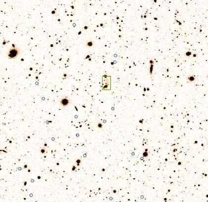Lockerer Haufen: Um die zentrale Radiogalaxie (grünes Rechteck) sammeln sich zwanzig blau umkreiste Welten