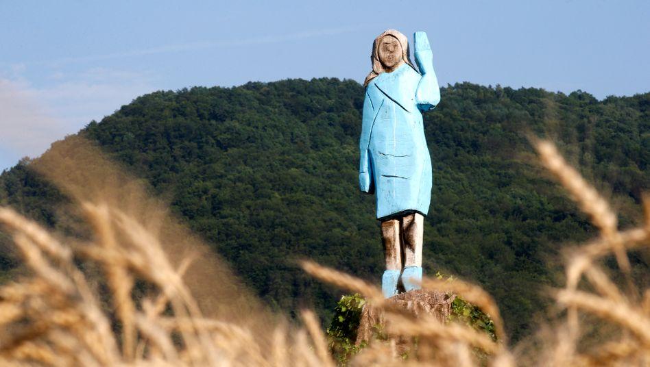 Die hölzerne First Lady der USA: Melania Trump wurde auf einem Feld in Slowenien verewigt