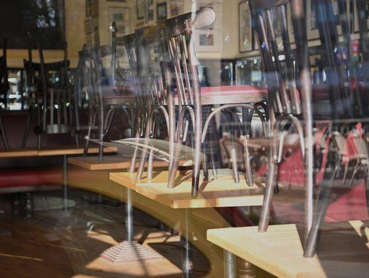 Hochgestellte Stühle in einem Berliner Restaurant