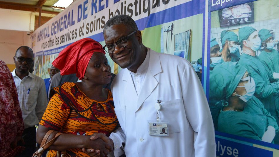 Dr. Denis Mukwege vor dem Panzi-Krankenhaus