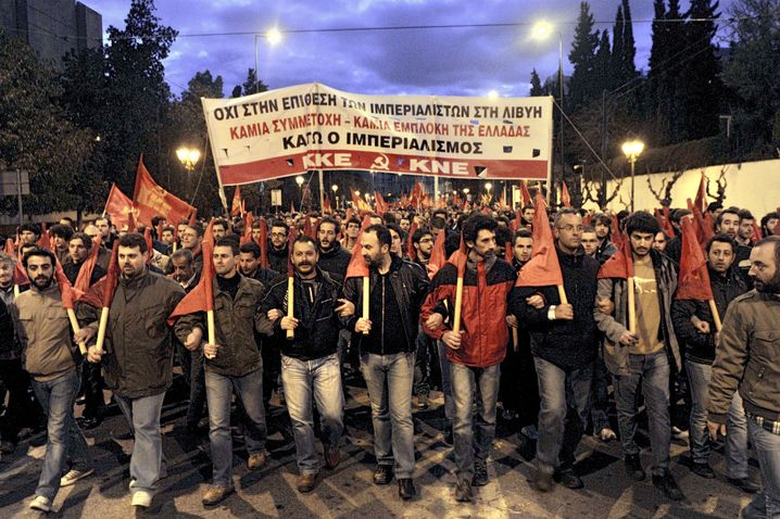 """""""Imperialisten raus aus Libyen"""": Tausende Griechen marschierten gegen die Angriffe"""
