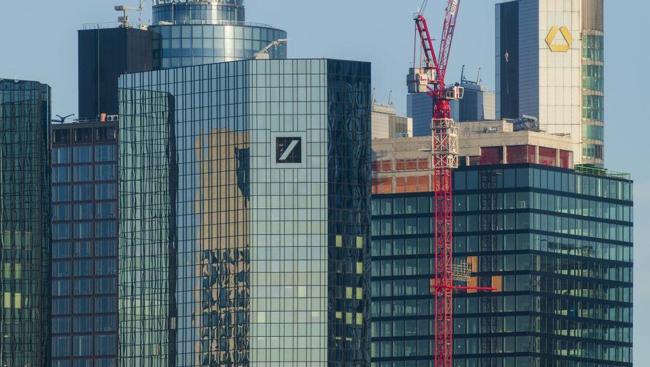 Commerzbank (rechts): Baustelle zwischen den Bankentürmen von Frankfurt