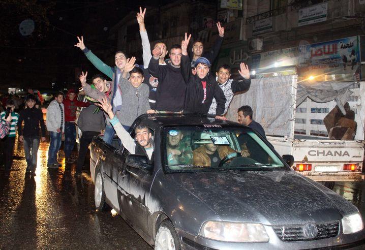 Anhänger Bashar Al-Assads feiern in den Straßen von Aleppo