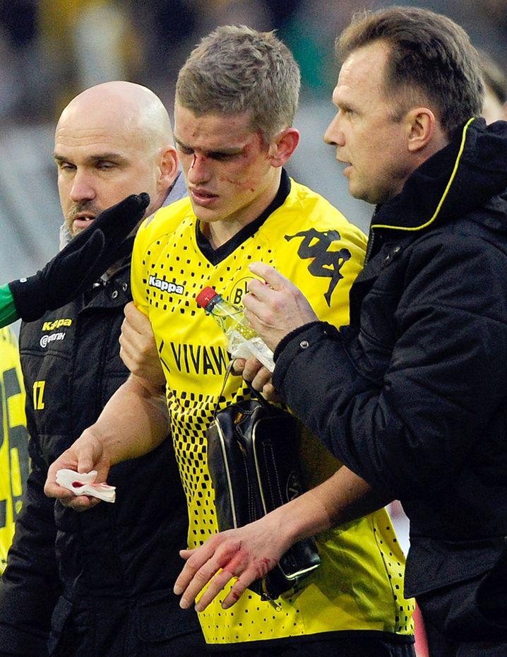 Ein leider nicht untypisches Bild: Der schwer lädierte Sven Bender im BVB-Trikot 2012