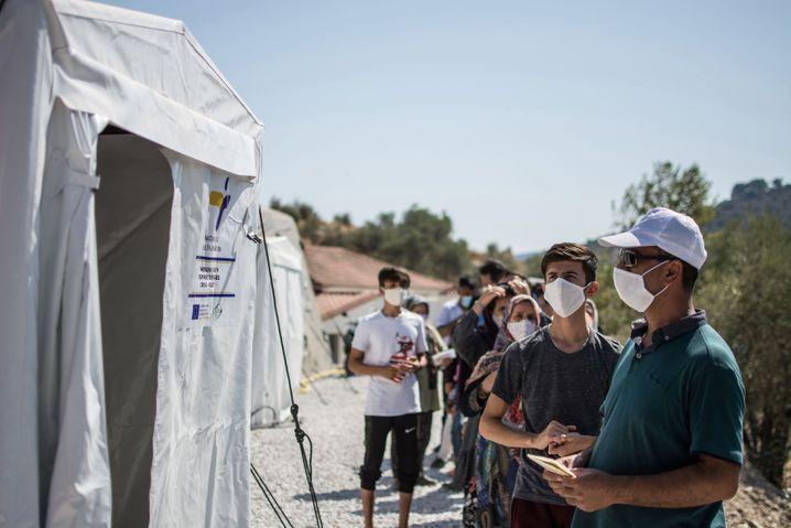 Menschen im Flüchtlingscamp Moria warten auf Corona-Tests