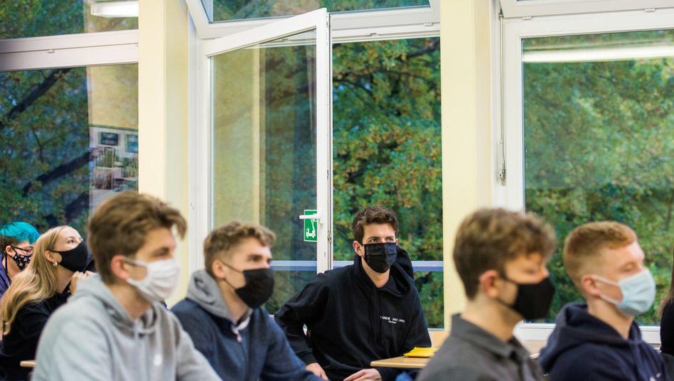 Schülerinnen und Schüler mit Masken im Unterricht (Archivbild)