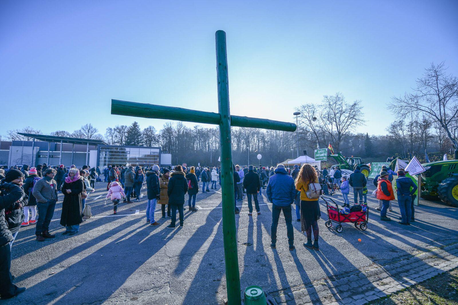 Querdenken- Demo- Aalen, 28.11.2020, Baden-Württemberg, Aalen: Teilnehmer einer Demonstration der Initiative Querdenken