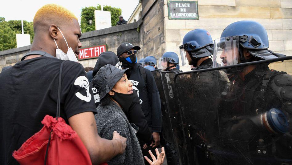 Demonstranten und Sicherheitskräfte stehen sich in Paris gegenüber