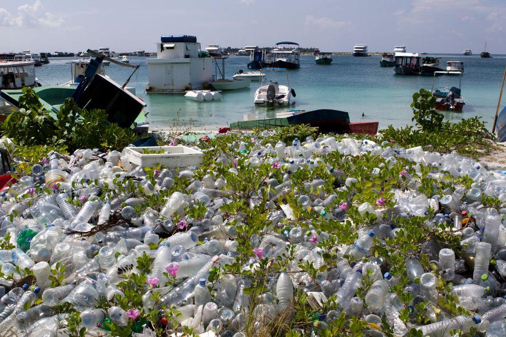 Plastikmüll mitten in der Natur auf Hulhumalé, Malediven