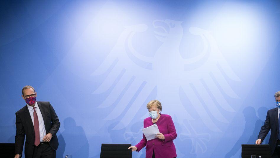 Kanzlerin Merkel mit Berlins Regierendem Bürgermeister Michael Müller und Bayerns Ministerpräsidenten Markus Söder (Archivfoto vom 14. Oktober)