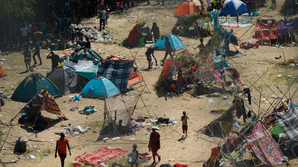 Haitianische Schutzsuchende errichteten in Del Rio, Texas, ein behelfsmäßiges Lager entlang des Rio Grande.