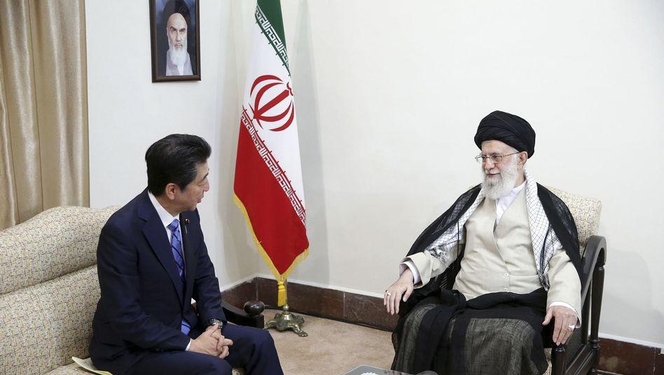 Ali Khamenei (rechts) und Shinzo Abe: Japans Regierungschef versucht, im Konflikt zu vermitteln