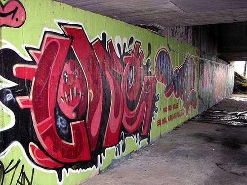 """Graffiti in einer Unterführung: """"Gute Produktion"""""""