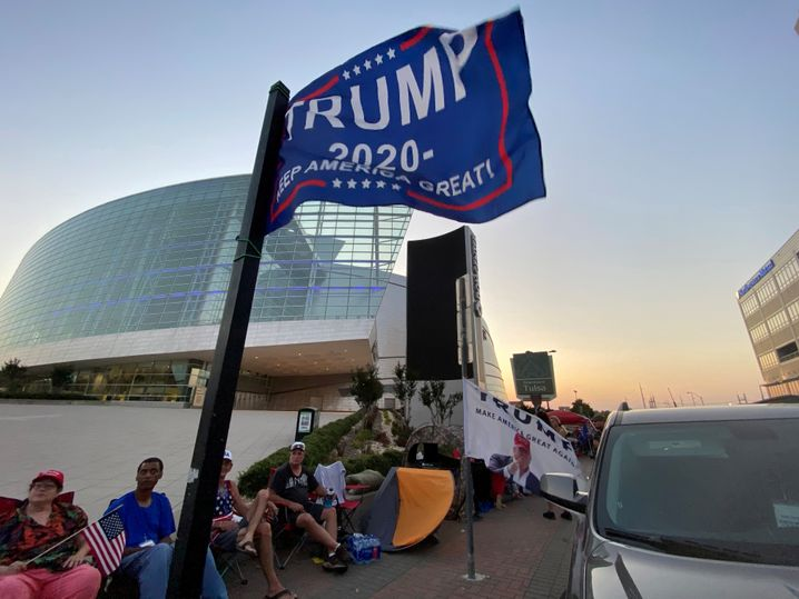 Anhänger von US-Präsident Donald Trump warteten in Tulsa geduldig auf Einlass in die Halle. Am Rande der Kundgebung waren einige seiner Fans mit Waffen unterwegs.