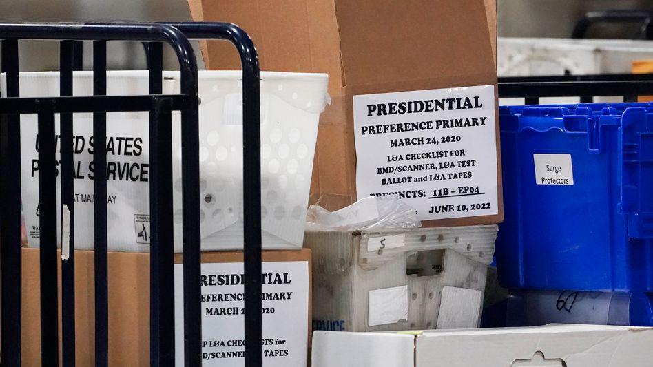 Kartons mit Briefwahl-Stimmen in Fulton County, Georgia