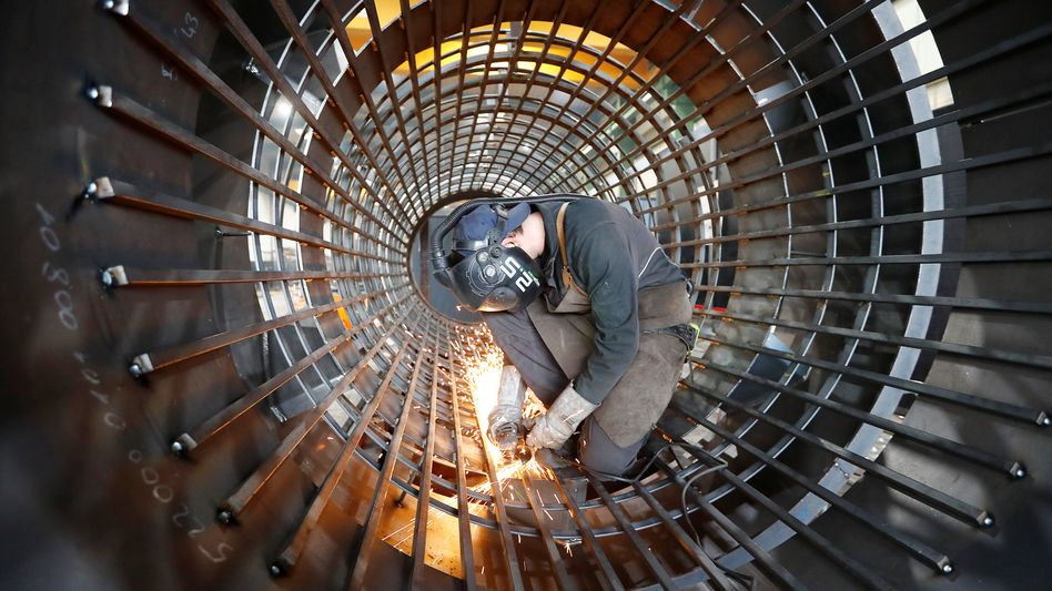 """Beschäftigter im Maschinenbau (Archivbild): """"Im gegenwärtigen Konjunkturabschwung erwarten die Arbeitsagenturen stärkeren Gegenwind"""""""