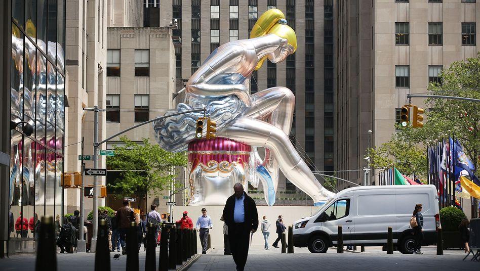 """Seated Ballerina"" von Jeff Koons vor dem Rockefeller Center in New York City"