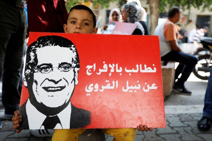 """Wahlkampfplakat mit der Aufschrift: """"Wir fordern die Freilassung von Nabil Karoui"""""""