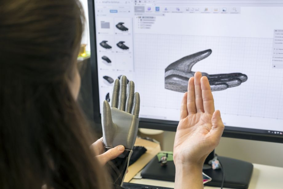 Aurélia learned how to use 3D modeling programs during her architecture studies. She's helping the prosthetic team and improving the hand's appearance on the computer.