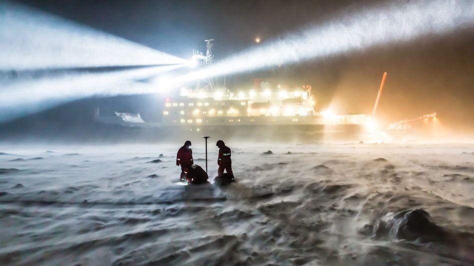 """Meereisphysiker des Alfred-Wegener-Instituts bei einer Expedition mit der """"Polarstern"""" (Archivbild)"""