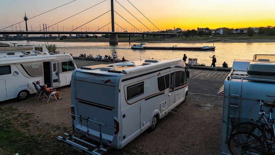 Camper am Rheinufer in Düsseldorf:»Gnade Gott, wer notbremsen muss«