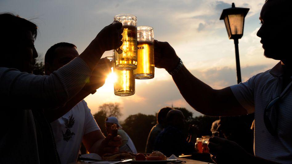 Gäste in einem Biergarten