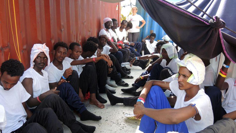 "Migranten Ende Juni an Deck des Rettungsschiffs ""Aquarius"""