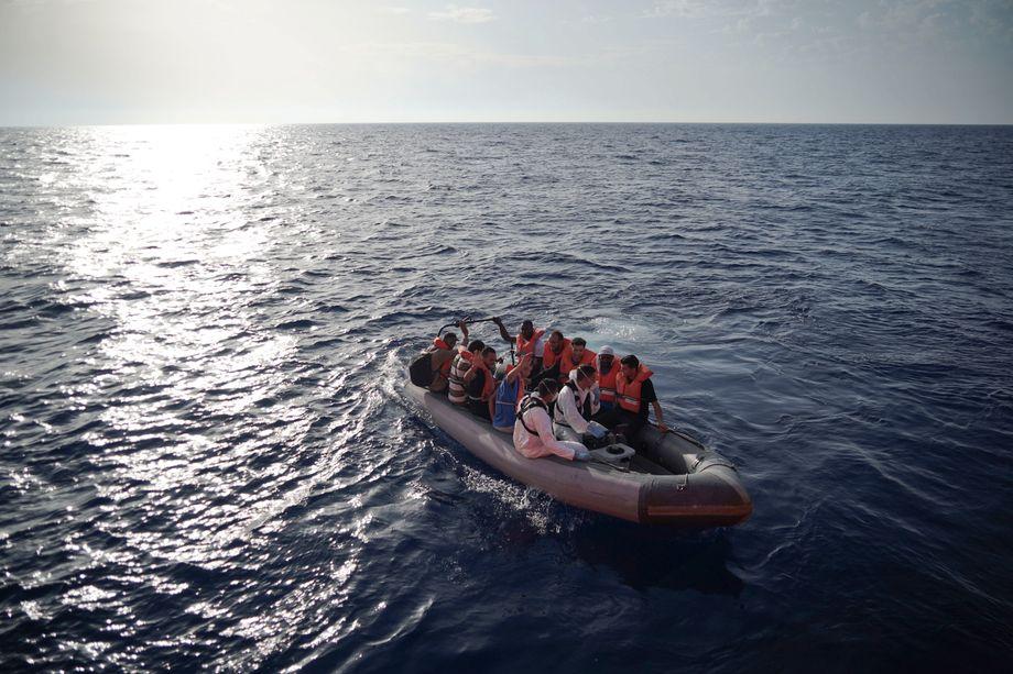 Im Herbst 2019 rettete Malta noch: Soldaten bringen Flüchtlinge auf ein Marineschiff