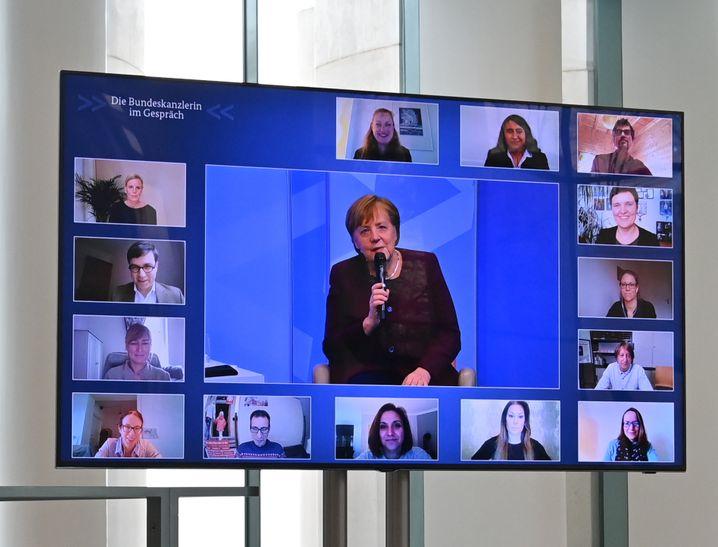 Bundeskanzlerin Angela Merkel beim virtuellen Bürgerdialog: Kontraproduktiv ist die von ihr, dem Gesundheitsminister und den Ministerpräsidenten benutzte Beschwichtigungssprache