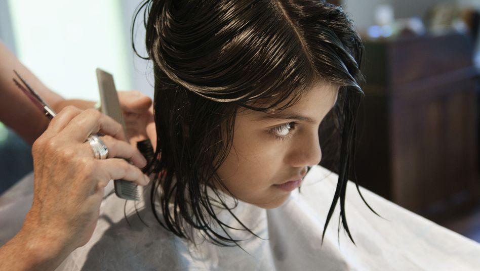 Friseur bei der Arbeit: Sehr viel arbeiten für ganz wenig Geld
