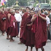 Jeden Tag mehr: Am Sonntag protestierten 10.000 Mönche gegen die Regierung