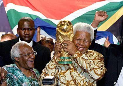 Jubel über den Fifa-Entscheid: Nelson Mandela feiert mit Familie und Freunden