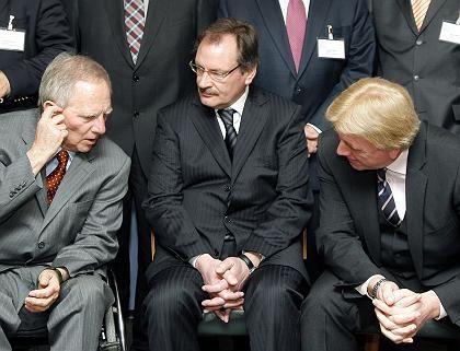 Bundesinnenminister Schäuble, Staatssekretär Wewer und Hessens Innenminister Bouffier: Union will die V-Leute auf keinen Fall abschalten