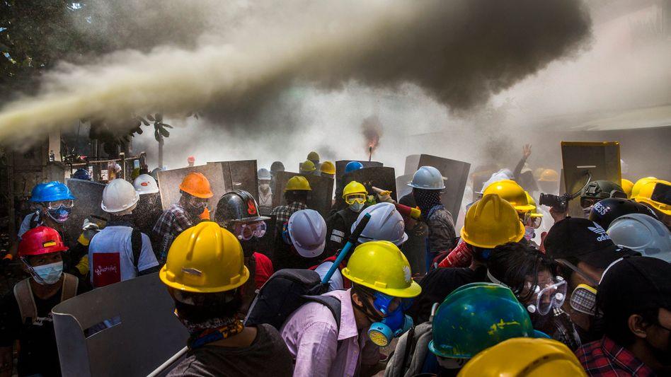 Preisgekrönte Aufnahme von Demonstranten gegen den Militärputsch in Myanmar