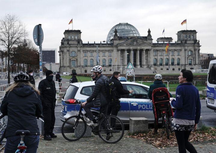 Polizisten haben den Zugang zum Reichstagsgebäude abgeriegelt