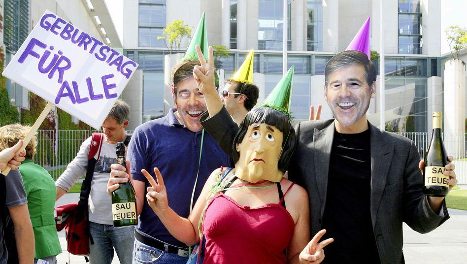 Kanzleramt in Berlin: Protest mit Merkel- und Ackermann-Masken