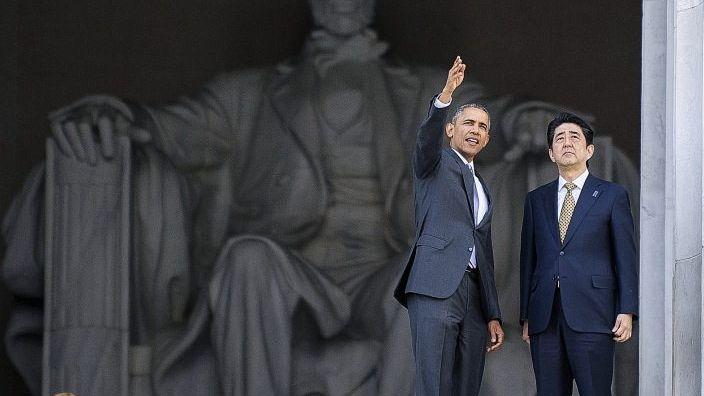 US-Präsident Obama, japanischer Premierminister Abe im Lincoln Memorial in Washington